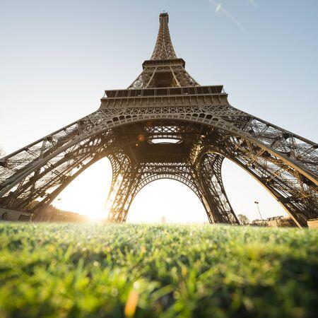 La Torre Eiffel es uno de los monumento más famoso del mundo. También es uno de los lugares más visitados en París, Francia.