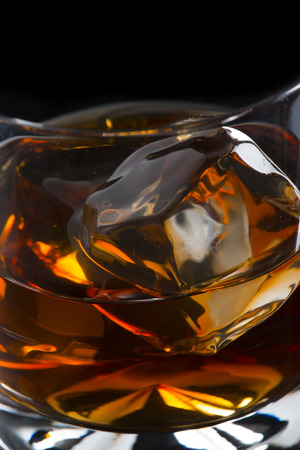 tomando alcohol: Close Up Whiskey on the Rock