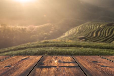 背景の美しい日の出シーンと木のテーブル