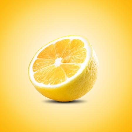picada: Rebanada De Limón Fresco Sobre Fondo Amarillo