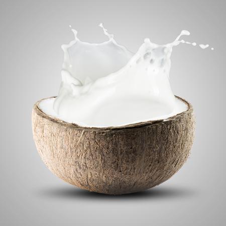 Coconut Splash op een grijze achtergrond Stockfoto