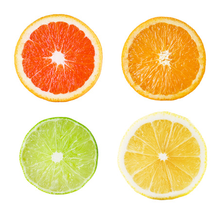 흰색 배경에 감귤류 과일의 신선한 조각