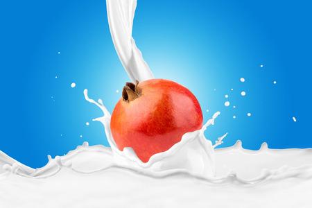 Fresh Pomegranate With Milk Splash 版權商用圖片