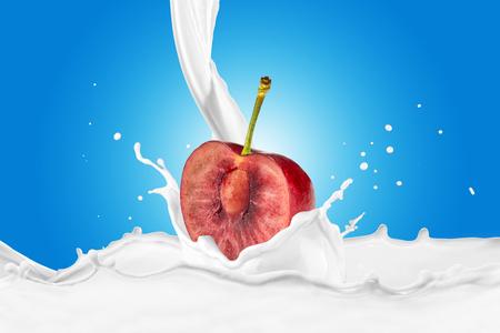 Fresh Cherry With Milk Splash 版權商用圖片