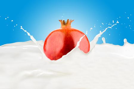 Fresh Pomegranate With Milk Splash 版權商用圖片 - 107919179