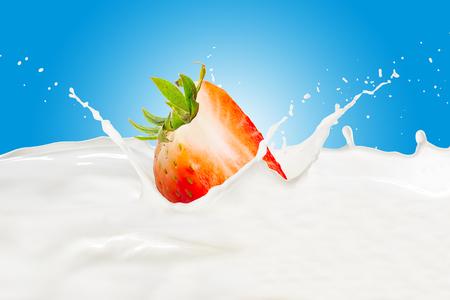 Strawberry With Milk Splash Imagens