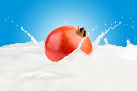Fresh Pomegranate With Milk Splash 版權商用圖片 - 107909277