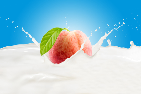 Peach With Milk Splash 版權商用圖片 - 107919225