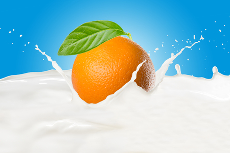 Orange With Milk Splash Standard-Bild