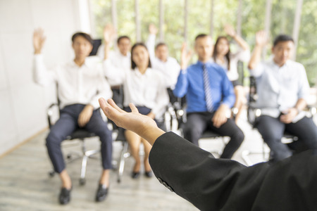 Unternehmer oder Manager unterrichten und treffen sich mit Mitarbeitern und diskutieren für Unternehmen.