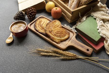 coffee and bread on wood tray in warm tone. Archivio Fotografico - 112338472