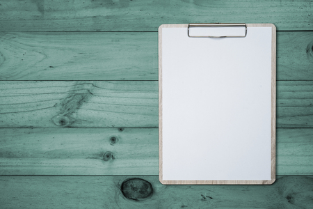Mock up clip board and white paper on wood background. Archivio Fotografico - 125201650