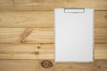 Mock up clip board and white paper on wood background. Archivio Fotografico - 125201654