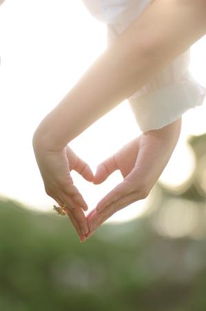 corazon en la mano: tomados de la mano al corazón, tema de la boda, Foto de archivo