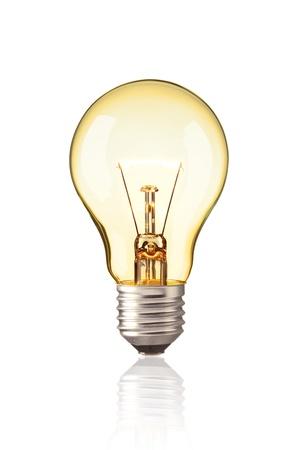 リアルな写真イメージ輝く黄色電球ホワイト バック グラウンド上に孤立タングステン電球をオンに