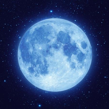 noche y luna: Luna azul llena de estrellas en la noche oscura cielo de fondo Foto de archivo