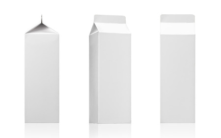 envase de leche: Leche o jugo de caja paquete de paquete de ladrillo blanco en blanco de cart�n de papel para los productos l�cteos, jugo o bebida lista para su colecci�n Packaging imagen realista de la foto del dise�o Foto de archivo