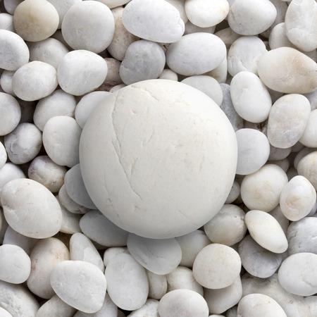luz natural: Piedra blanca grande sentado sobre un mont�n de peque�as y redondas gravilla forma de c�rculo, un grupo de rocas Foto de archivo