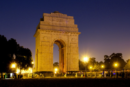 independencia: Puerta de la India monumento a los caídos en Nueva Delhi, India. Puerta de la India en la noche conmemoración de los 90.000 soldados del ejército indio británico que perdieron la vida en el Imperio británico de la India Foto de archivo