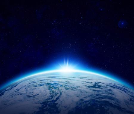 하늘에 별 흐린 바다 위에 푸른 행성 지구 일출, 세계에 의해 태양의 일식 공간에서 떠오르는 태양 만들기 - 항공 우주국 (NASA)에 의해 제공이 이미지의