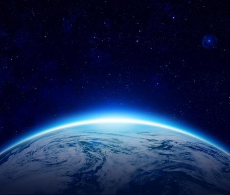 globo mundo: Amanecer azul Planeta Tierra sobre el oc�ano nublado con estrellas en el cielo, un eclipse de Sol por el mundo hacen que el sol naciente en el espacio puede utilizar para el fondo - elementos de esta imagen proporcionada por la NASA Foto de archivo