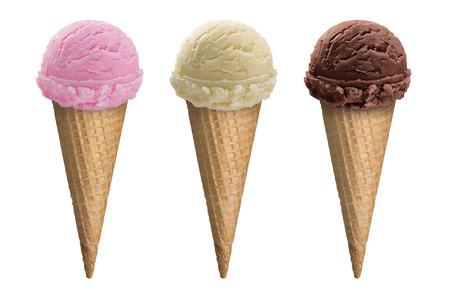 Chocolade, vanille en aardbei-ijs primeur in een kegel op een witte achtergrond. Top 3 Flavors, de meest populaire van Icecream collectie in de wafel kegel met het knippen van weg.