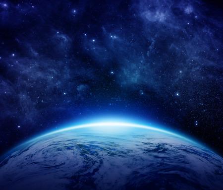 青い地球、太陽、星、銀河、星雲、銀河空間におけるテキスト。世界いくつかの雲の暗い空を背景に使用できます。NASA から提供されたこのイメージ