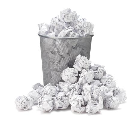 Nie mam pojęcia - zmięty papier może recycle został wrzucony do metalu kosz. Przepełniona makulatura w koszu na śmieci biurowe. Junk, makulatura w śmieci samodzielnie na białym tle ze ścieżką klipu