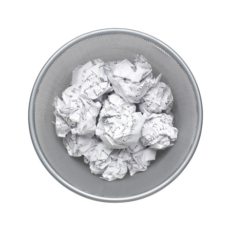 basura: Ni idea - vista desde arriba, papel arrugado puede reciclar fue arrojado al cesto bandeja de metal. residuos de papel que desborda en el cubo de la basura de la oficina. Basura, papel de desecho en la basura aislado en el fondo blanco con el camino del clip Foto de archivo