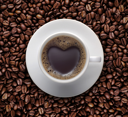 coffee lover sign - black coffee cup on top Pile of raw brown coffee beans with heart shape. love symbol on fresh coffee mug - Top view  Zdjęcie Seryjne