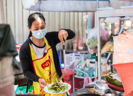 Bangkok, Thaiföld - 2015. július 15. Ismeretlen utcai élelmiszer-eladó Yaowarat vagy Thaiföldi kínai város területén