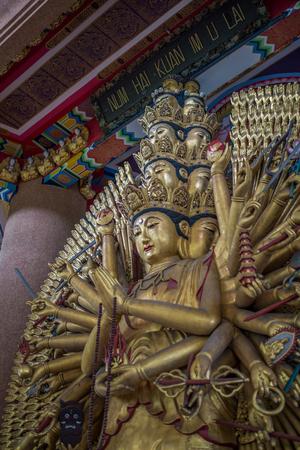 sacrifice: Bangkok, Tailandia - 19 de Sep, el año 2015 Estatua de Santa Kuan Im con el estilo de Sacrificio en el palacio de la diosa Kuan que se encuentra en Soi Chokchai 4, 39 independiente.