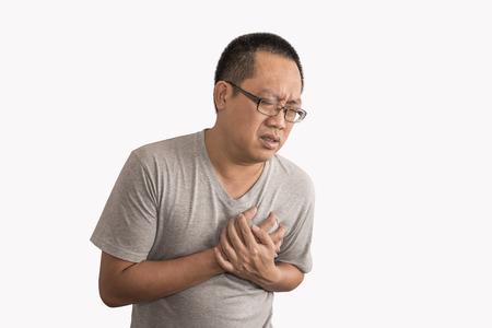 아시아 사람이 심장 마비입니다. 가슴 통증에 나쁜 느낌. 격리 된 배경에 이미지입니다. 남자는 안경과 짧은 머리 스타일을 착용.