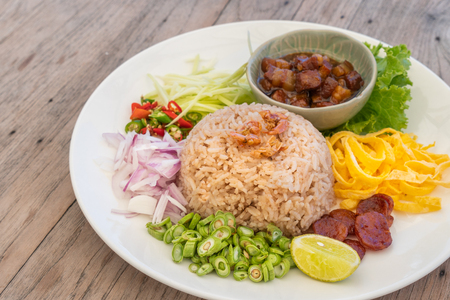 Close up Thailand food, Kaw Cook Kapee or Mixed rice with shrimp paste and eat with fresh vegetables, egg, sweet pork and more Imagens