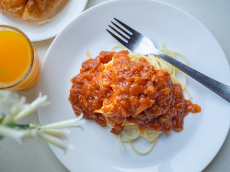 Spaghetti bolognese top view in natural light of morning. Imagens