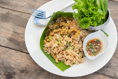 Traditional Thailand food, Kaw Pad Nam Prick Pra Salid or Stired fried rice with chilli paste, topping with deep fried fish Imagens