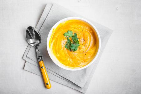 Sopa de calabaza con perejil sobre fondo gris servilleta Foto de archivo - 36969395