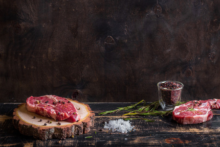 구이 준비 어두운 나무 배경에 원시 고기 스테이크