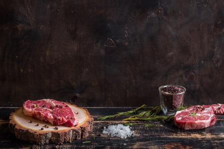 Rohes Fleisch Steak auf dunklem Holz Hintergrund bereit, Braten Standard-Bild - 40637693