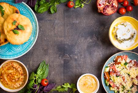 테이블 중동 전통적인 채식 요리와 역임. Hummus, tahini, pitta, 쿠스 쿠스 샐러드와 올리브 오일 버터 밀크. 만찬회