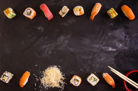 暗い背景に寿司のオーバー ヘッド ショット。巻き寿司、握り寿司、米、醤油、сhopsticksアジア料理の背景。テキストのためのスペース。寿司セット 写真素材