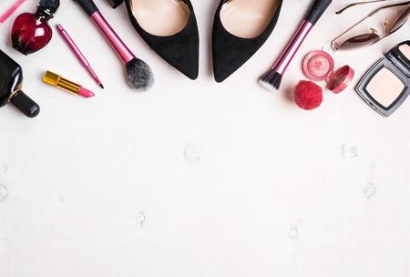 cosmeticos: Fondo cosmética femenina. Overhead de los elementos esenciales de una mujer moderna. Objetos cosméticos marco