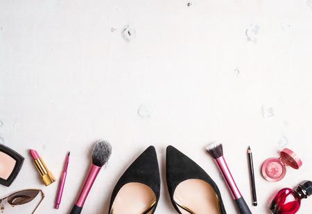 여성 화장품 배경. 현대 여성의 필수품의 오버 헤드. 화장품 개체 프레임 스톡 콘텐츠