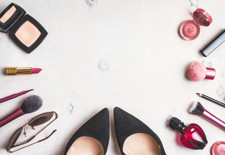 Feminine cosmetic background. Overhead of essentials of a modern woman. Cosmetic objects frame. Foto de archivo