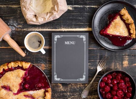 fondo para tarjetas: Baking background with sliced cherry pie, flour, rolling pin and menu chalkboard on the black wooden table. Ingredients for bakingdessert or pie making