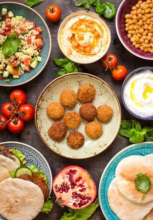테이블 중동 전통적인 요리와 역임. 팔라 펠, 도넛 kebap, 채식 피타, 후 머 스, tabbouleh bulgur 샐러드, 병아리 콩, 올리브 오일 딥, 석류와 그릇. 평면도. 만 스톡 콘텐츠