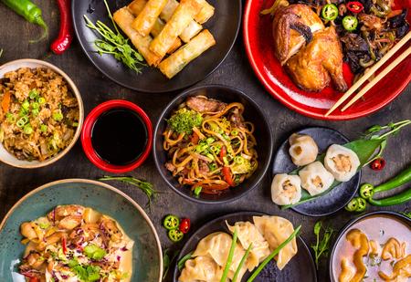 모듬 중국 음식입니다. 중국 국수, 볶음밥, 만두, 북경 오리, 딤섬, 춘권. 테이블에 유명한 중국 요리 요리. 평면도. 중국 요리 개념입니다. 아시아 스타