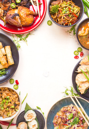 中華料理白背景。ラーメン、チャーハン、餃子、北京ダック、飲茶、春巻き。有名な中国料理を設定します。テキストのためのスペース。平面図で 写真素材