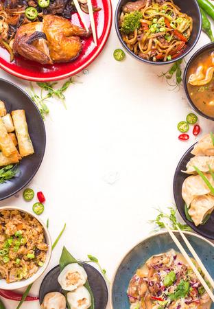 la nourriture chinoise de fond blanc. nouilles chinoises, riz frit, boulettes, le canard pékin, dim sum, des rouleaux de printemps. Célèbres cuisine chinoise plats fixés. Espace pour le texte. Vue de dessus. concept de restaurant chinois