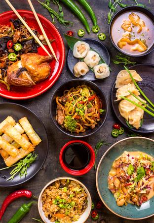 모듬 된 중국 음식을 설정합니다. 중국 국수, 볶음밥, 만두, 북경 오리, 딤섬, 춘권. 테이블에 유명한 중국 요리 요리입니다. 평면도. 중국 식당 개념입